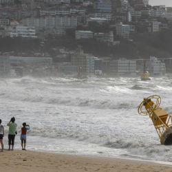 Una vista general muestra una boya que se soltó durante el fuerte oleaje provocado por el tifón Maysak durante la noche en la playa de Haeundae en Busan. | Foto:Ed Jones / AFP