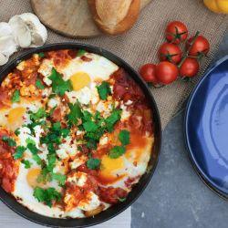 Huevos, tomates y especias (que pueden ser coronados con palta).