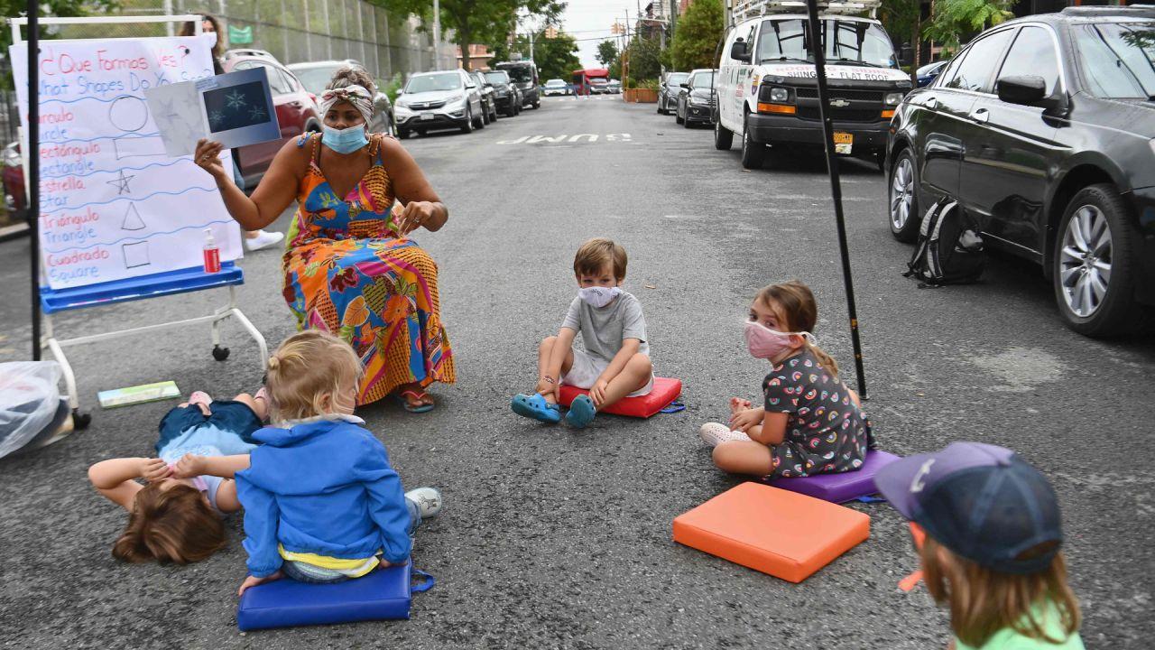 Un maestro imparte una lección con los estudiantes durante una demostración de aprendizaje al aire libre para las escuelas de la ciudad de Nueva York frente a la escuela pública Patrick F. Daly (P.S.15) en el distrito de Brooklyn de la ciudad de Nueva York. | Foto:Angela Weiss / AFP