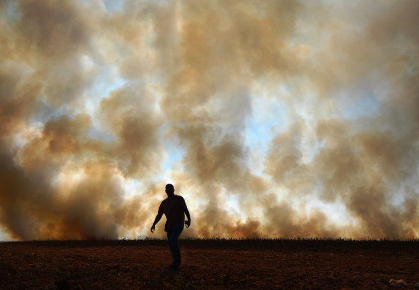 Un hombre frente a un incendio en la región amazónica de Mato Grosso