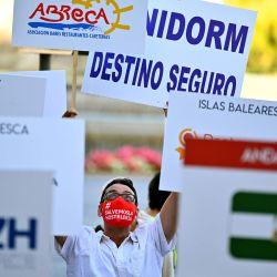 Un manifestante sostiene un cartel que dice  | Foto:GABRIEL BOUYS / AFP