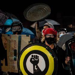 Los manifestantes marchan por sexta noche consecutiva de protesta, luego de la publicación de evidencia en video que muestra la muerte de Daniel Prude mientras estaba bajo la custodia de la policía de Rochester en Rochester, Nueva York.  | Foto:Maranie R. Staab / AFP