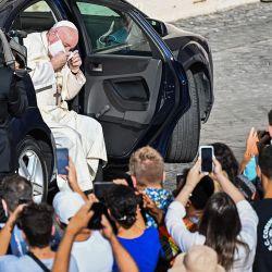 El Papa Francisco se quita la mascarilla cuando llega en automóvil para celebrar una audiencia pública limitada en el patio de San Dámaso en el Vaticano durante la infección por COVID-19, causada por el nuevo coronavirus. | Foto:Vincenzo Pinto / AFP