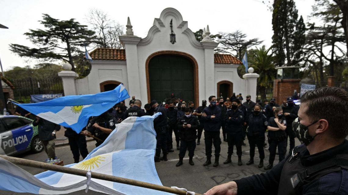 Officers of the Buenos Aires Province police demonstrate outside the Olivos presidential residence.