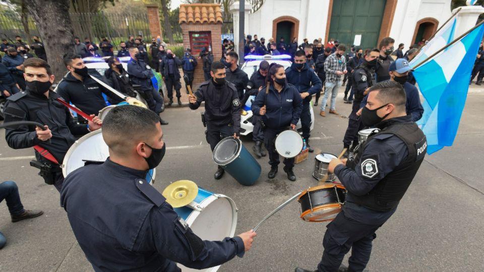 La Policía Bonaerense reclama en la Quinta de Olivos.
