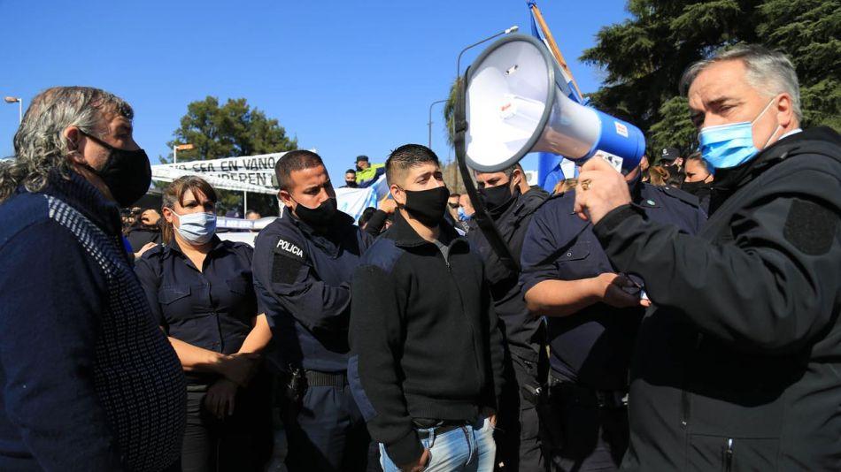 Policías en Puente 12 20200910