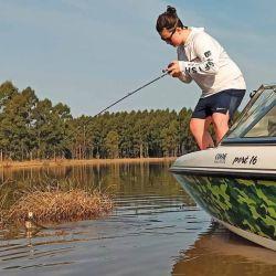 Desde la embarcación  y hacia la costa se dieron  los mejores resultados. Marianito prefiere el baitcasting para los intentos.