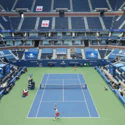 Se ve una vista general en el estadio Arthur Ashe cuando Alexander Zverev de Alemania sirve el balón durante su partido de semifinales de hombres solteros contra Pablo Carreno Busta de España el día doce del US Open 2020 en el USTA Billie Jean King National Tennis en el distrito de Queens de la ciudad de Nueva York. | Foto:Matthew Stockman / Getty Images / AFP