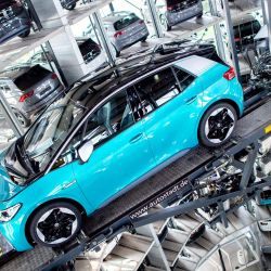 Un nuevo automóvil eléctrico Volkswagen ID.3 se encuentra en una plataforma de transporte de la torre de automóviles Autostadt VW durante un evento de celebración mientras el fabricante de automóviles alemán celebra la primera entrega de sus nuevos vehículos eléctricos a los clientes. | Foto:Hauke-Christian Dittrich / DPA