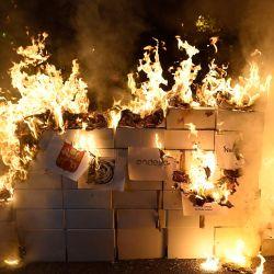 Una muñeca que representa a los reyes españoles Felipe V y Felipe VI es incendiada durante una manifestación con motivo de la  | Foto:Josep Lago / AFP