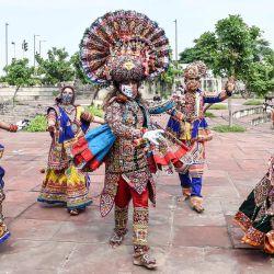Los bailarines folclóricos actúan mientras participan en un ensayo general antes de 'Navaratri', el festival hindú de nueve noches, en Ahmedabad. | Foto:SAM PANTHAKY / AFP