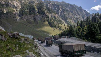 Camiones del ejército indio en la frontera con China.