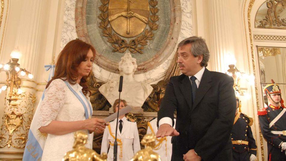 Jefa y subordinado: Alberto Fernández jura como jefe de Gabinete de Cristina Kirchner en 2007.