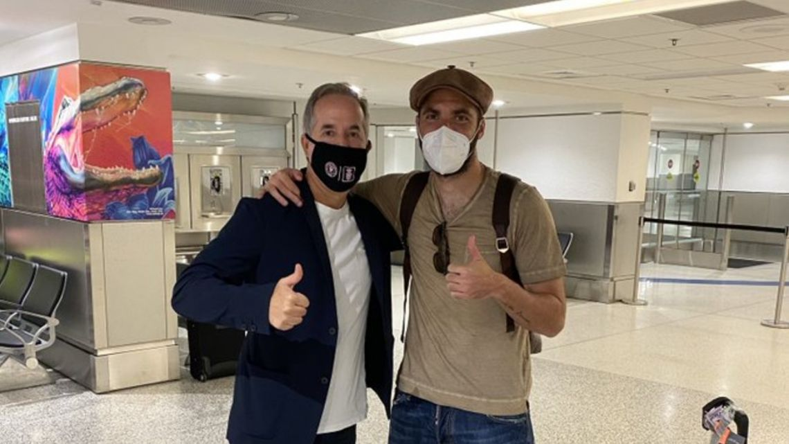 Jorge Mas posted a photograph welcoming Gonzalo Higuaín to the United States.
