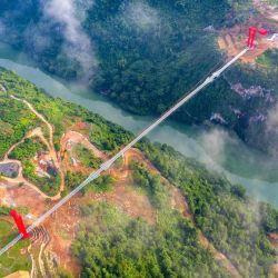 Con una extensión de 526 metros de largo y todo su suelo transparente, la estructura se encuentra en el área de Huangchuan Three Gorges Scenic.