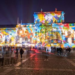 Berlín: luces de colores se muestran en la Ópera Estatal de Berlín durante el Festival de las Luces. | Foto:Christophe Gateau / DPA
