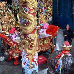 Esta foto muestra a un hombre visitando el Templo Tongliao Jixiang Micheng Dalelin en Tongliao en la región norte de Mongolia Interior de China. | Foto:NOEL CELIS / AFP