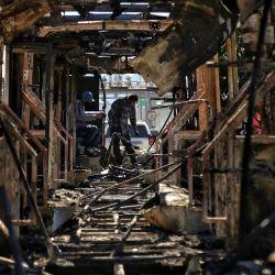Colombia, Bogotá: Trabajadores inspeccionan los restos de los autobuses quemados después de que los disturbios tomaran las calles de la capital colombiana tras la muerte de un hombre tras un operativo policial. | Foto:Camila Díaz / colprensa / DPA