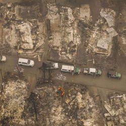 El personal de búsqueda y rescate de la Oficina del Sheriff del Condado de Jackson busca los posibles restos de un residente anciano desaparecido en un parque de casas móviles que fue destruido por un incendio forestal en Ashland, Oregon. | Foto:David Ryder / Getty Images / AFP