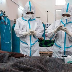 Los trabajadores de la salud tratan a un paciente infectado con COVID-19 en el Centro de Tratamiento y Aislamiento de COVID-19 de Mekele, en Mekele, Etiopía. | Foto:EDUARDO SOTERAS / AFP
