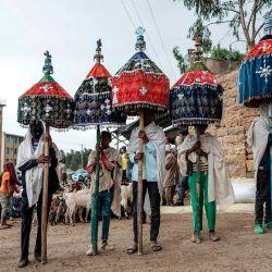 Los devotos etíopes ortodoxos son fotografiados durante una procesión en la víspera del Año Nuevo etíope, en la ciudad de Mekele, Etiopía. | Foto:EDUARDO SOTERAS / AFP