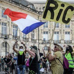 Un manifestante sostiene un cartel que dice  | Foto:Philippe Lopez / AFP