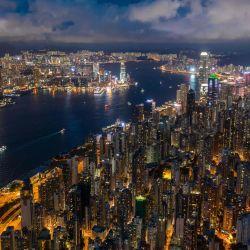 Esta vista aérea muestra edificios residenciales y comerciales junto al puerto de Victoria en Hong Kong. | Foto:Dale De La Rey / AFP