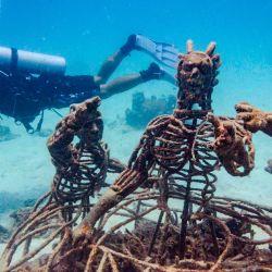 Un buzo nada junto a figuras de metal colocadas en un arrecife artificial para la conservación marina en la isla de Koh Tao en el Golfo de Tailandia. | Foto:Romeo Gacad / AFP