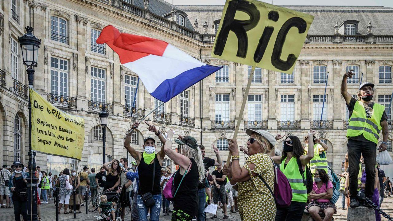 Un manifestante sostiene un cartel que dice    Foto:Philippe Lopez / AFP