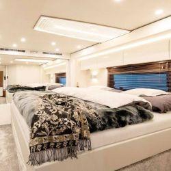El dormitorio, con una cómoda personas para dos personas.