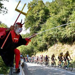 El fanático del ciclismo Didi Senft, también conocido como El Diablo, anima a los ciclistas durante la 16a etapa de la 107a edición de la carrera ciclista del Tour de Francia, 164 km entre La Tour du Pin y Villard-de-Lans.   Foto:Anne-Christine Poujoulat / AFP