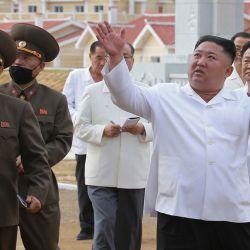 Corea del Norte: el líder norcoreano Kim Jong-un inspecciona Kangbuk-ri, condado de Kumchon, provincia de Hwanghae del Norte, que fue reconstruido a partir de los daños causados por las fuertes lluvias y los fuertes vientos causados por el último tifón Bavi mes.   Foto:YNA / DPA