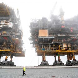 Las plataformas de procesamiento de petróleo y gas de Tyra East y Tyra West que se desguazarán se muestran mientras el trabajo de desguace y reciclaje de las plataformas de campo de Tyra está en marcha en el puerto de Frederikshavn en Dinamarca.   Foto:Henning Bagger / Ritzau Scanpix / AFP