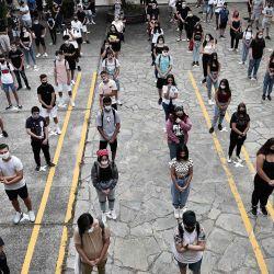 Los estudiantes de secundaria mantienen una distancia social en la escuela del patio de la escuela el primer día de clases del nuevo año académico durante el nuevo coronavirus en curso, la pandemia Covid-19, en Salónica.   Foto:Sakis Mitrolidis / AFP