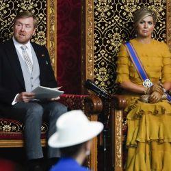 El rey de los Países Bajos Willem-Alexander y la reina Maxima a su lado, leen el discurso desde el trono en el Día del Presupuesto ante los miembros del Senado y la Cámara de Representantes en Grote Kerk en La Haya. | Foto:Remko de Waal / ANP / AFP