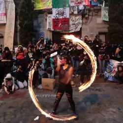 México, Ciudad de México: una mujer baila con fuego durante una protesta de grupos feministas frente a las instalaciones de la Comisión de Derechos Humanos (CNDH) contra la violencia de género. | Foto:DPA