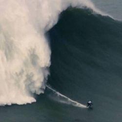 La surfista brasileña logró domar una impresionante ola de 22,4 metros, en la paradisíaca playa de Nazaré, Portugal.