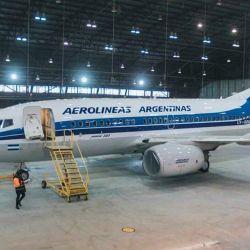 Todo el proceso de pintura del diseño retro se puede apreciar en tres breves videos que Aerolíneas Argentinas difundió en las redes sociales.
