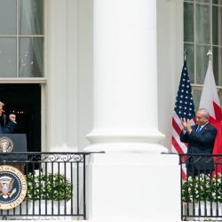 El presidente de Estados Unidos, Donald Trump, habla mientras el primer ministro israelí, Benjamin Netanyahu, el ministro de Relaciones Exteriores de los Emiratos Árabes Unidos, Abdullah bin Zayed Al-Nahyan, y el ministro de Relaciones Exteriores de Bahrein, Abdullatif al-Zayani, escuchan antes de participar en la firma de los Acuerdos de Abraham, donde los países de Bahrein y el Los Emiratos Árabes Unidos reconocen a Israel, en el jardín sur de la Casa Blanca en Washington, DC. | Foto:DPA