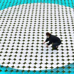 Inglaterra, Londres: una mujer trabaja en una instalación titulada 'Plato vacío', que se compone de 1.800 platos vacíos individuales que representan cada uno a 1.000 niños en riesgo de comenzar el día con hambre, que Heinz y Magic Breakfast dieron a conocer para el lanzamiento de la campaña SilenceTheRumble de Heinz en Potters Fields Park. | Foto:Matt Crossick / PA Wire / DPA