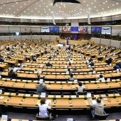 Los parlamentarios europeos escuchan el primer discurso del presidente de la Comisión Europea sobre el estado de la unión durante una sesión plenaria en el Parlamento de la Unión Europea en Bruselas. | Foto:JOHN THYS / AFP