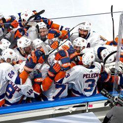Jordan Eberle de los New York Islanders es felicitado por sus compañeros de equipo después de anotar el gol de la victoria contra los Tampa Bay Lightning durante el segundo período de tiempo extra para ganar el Juego Cinco de la Final de la Conferencia Este durante los Playoffs de la Copa Stanley de la NHL 2020. | Foto:Bruce Bennett / Getty Images / AFP