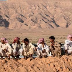 Los beduinos ven una carrera de camellos en el desierto del Sinaí del Sur de Egipto, después de más de seis meses de pausa debido al brote de coronavirus. | Foto:Khaled Desouki / AFP