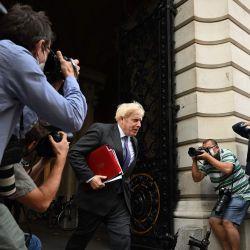 El primer ministro británico, Boris Johnson, regresa a Downing Street luego de una reunión de gabinete en la oficina de Relaciones Exteriores y del Commonwealth. | Foto:DANIEL LEAL-OLIVAS / AFP