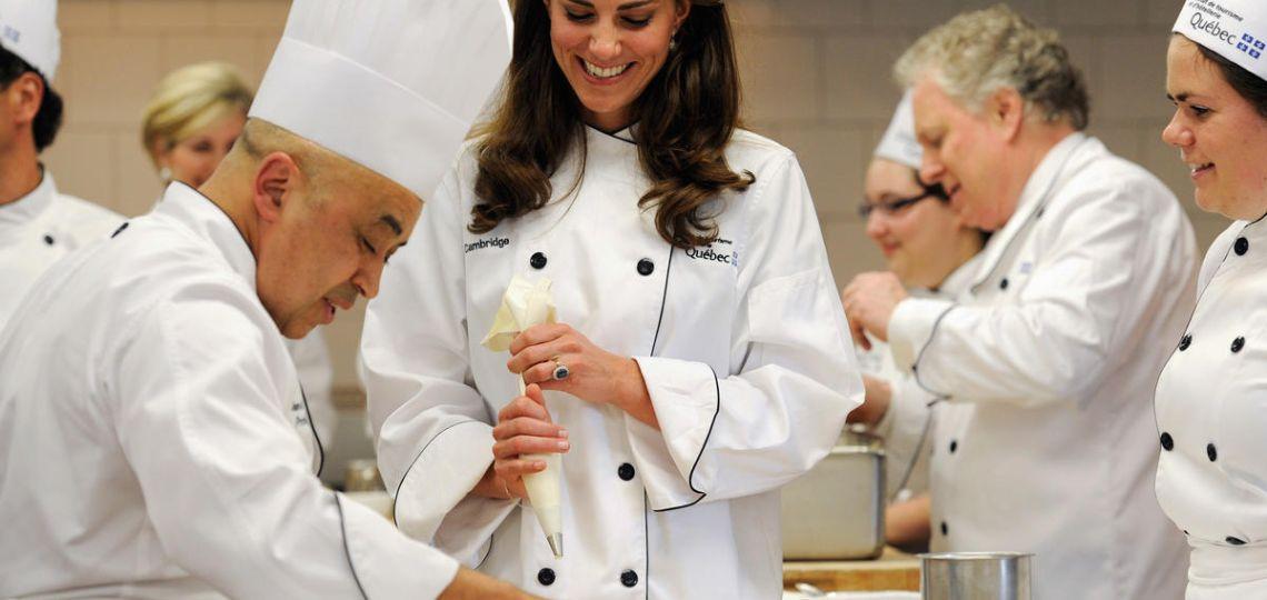 Mirá cómo Kate Middleton y William cocinan un plato típico inglés
