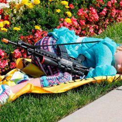 Un niño duerme mientras los partidarios de la Segunda Enmienda de la Constitución de los Estados Unidos participan en la marcha anual por el derecho a portar armas, en el Capitolio del Estado de Michigan en Lansing, Michigan. | Foto:JEFF KOWALSKY / AFP