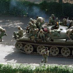 Soldados etíopes saltan de un tanque en dirección al palacio presidencial en Addis Abeba. | Foto:Alexander Joe / AFP