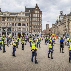 Los oficiales de servicio comunitario de la fuerza de la  | Foto:Koen van Weel / ANP / AFP