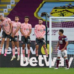 El mediocampista irlandés de Burnley Robbie Brady lanza un tiro libre alrededor del muro defensivo de Sheffield United durante el partido de fútbol de segunda ronda de la Copa de la Liga Inglesa entre Burnley y Sheffield United en Turf Moor en Burnley, noroeste de Inglaterra. | Foto:Jon Super / POOL / AFP
