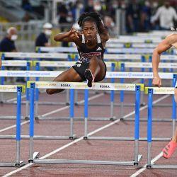 La holandesa Nadine Visser compite en la final femenina de 100 metros con vallas durante la competencia de la Liga Diamante de la IAAF en el estadio Olímpico de Roma. | Foto:Vincenzo Pinto / AFP